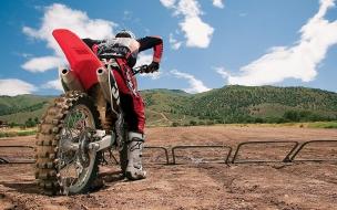 Un motociclista con una cross