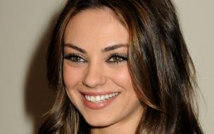 Mila Kunis sonriendo