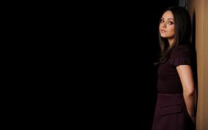 Mila Kunis fondo negro