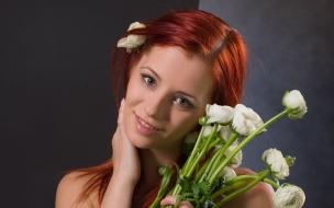 Una pelirroja y flores