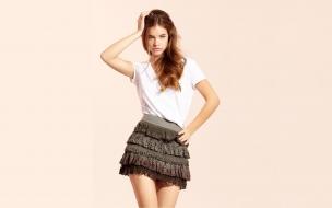 Barbara Palvin con falda