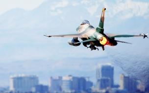 Avion F16 volando
