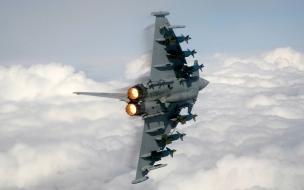Avión Militar volando
