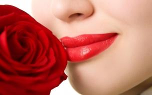 Sonrisa y rosa roja