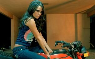 Jordana Brewster en moto