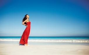 Nina Agdal en la playa