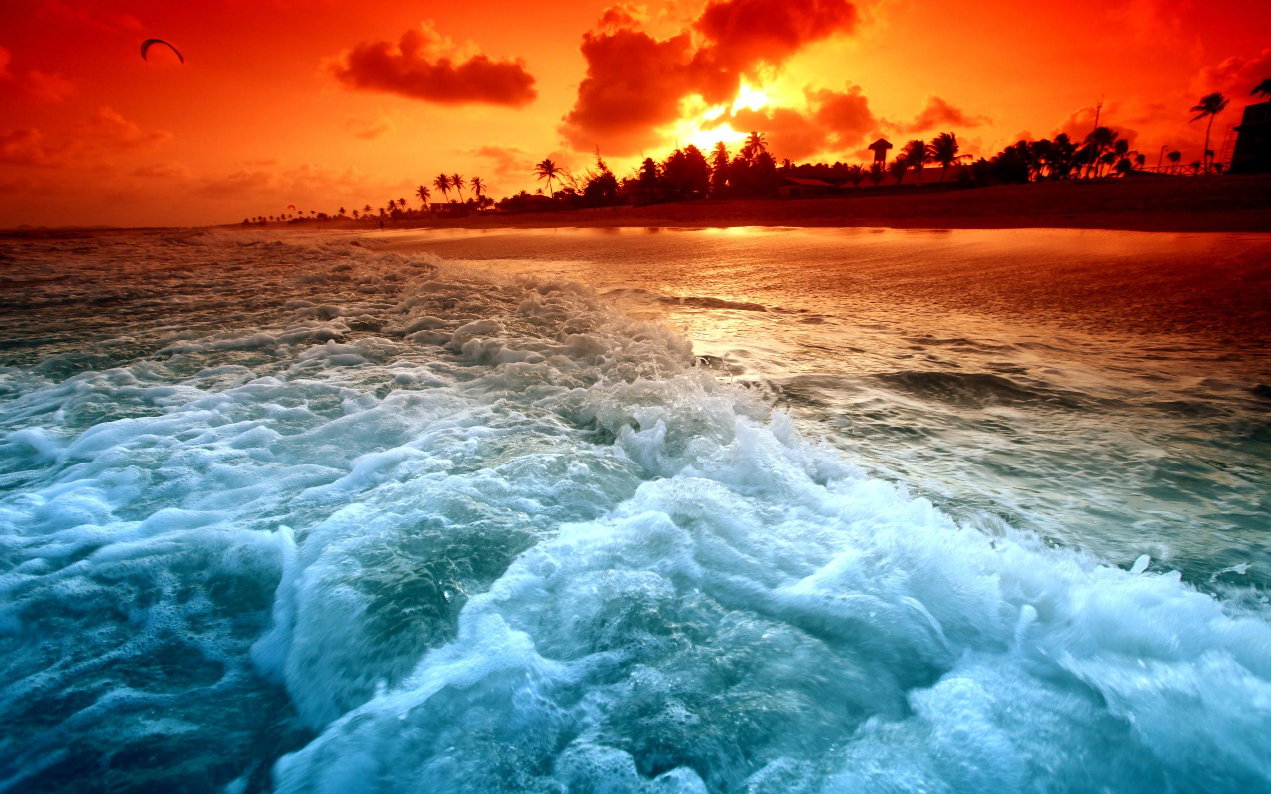 Atardecer en las olas de una playa - 2560x1600