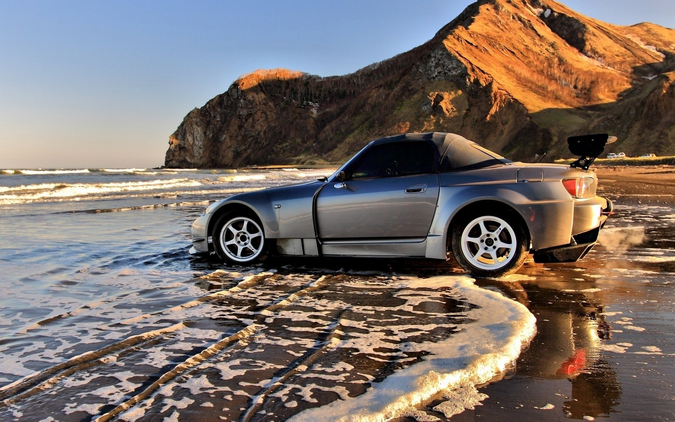Auto en la playa - 2560x1600