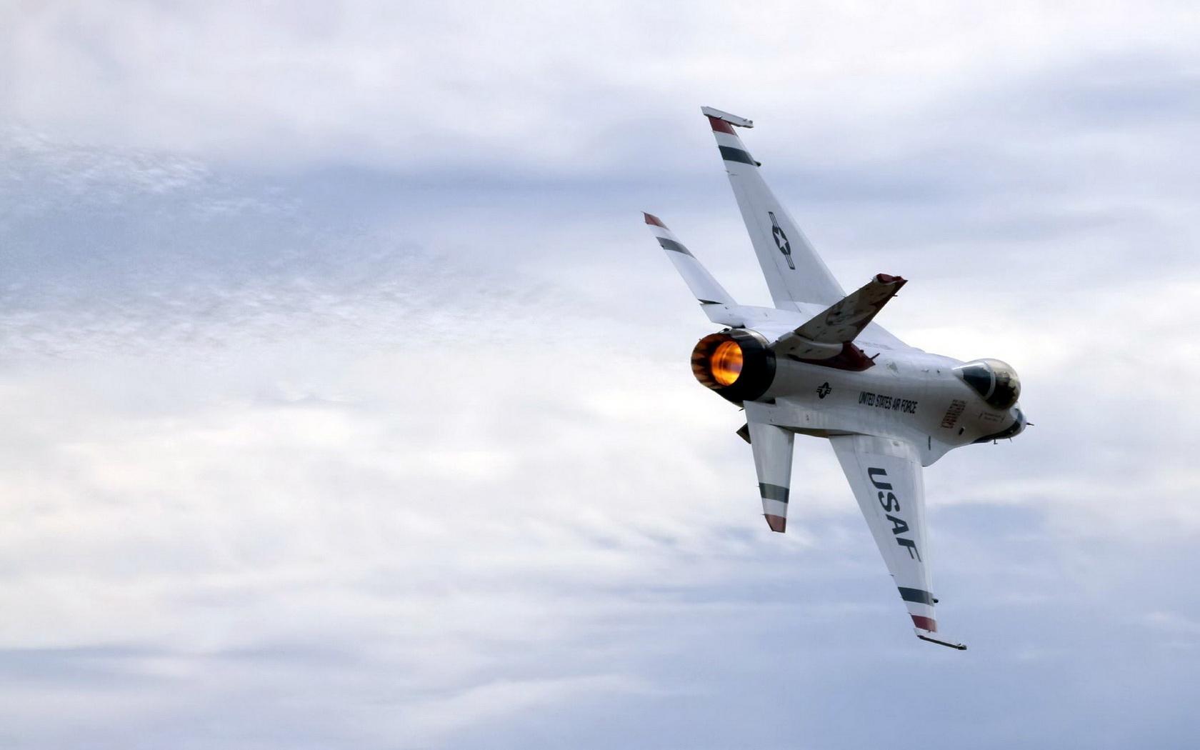 Avión militar volando - 1680x1050