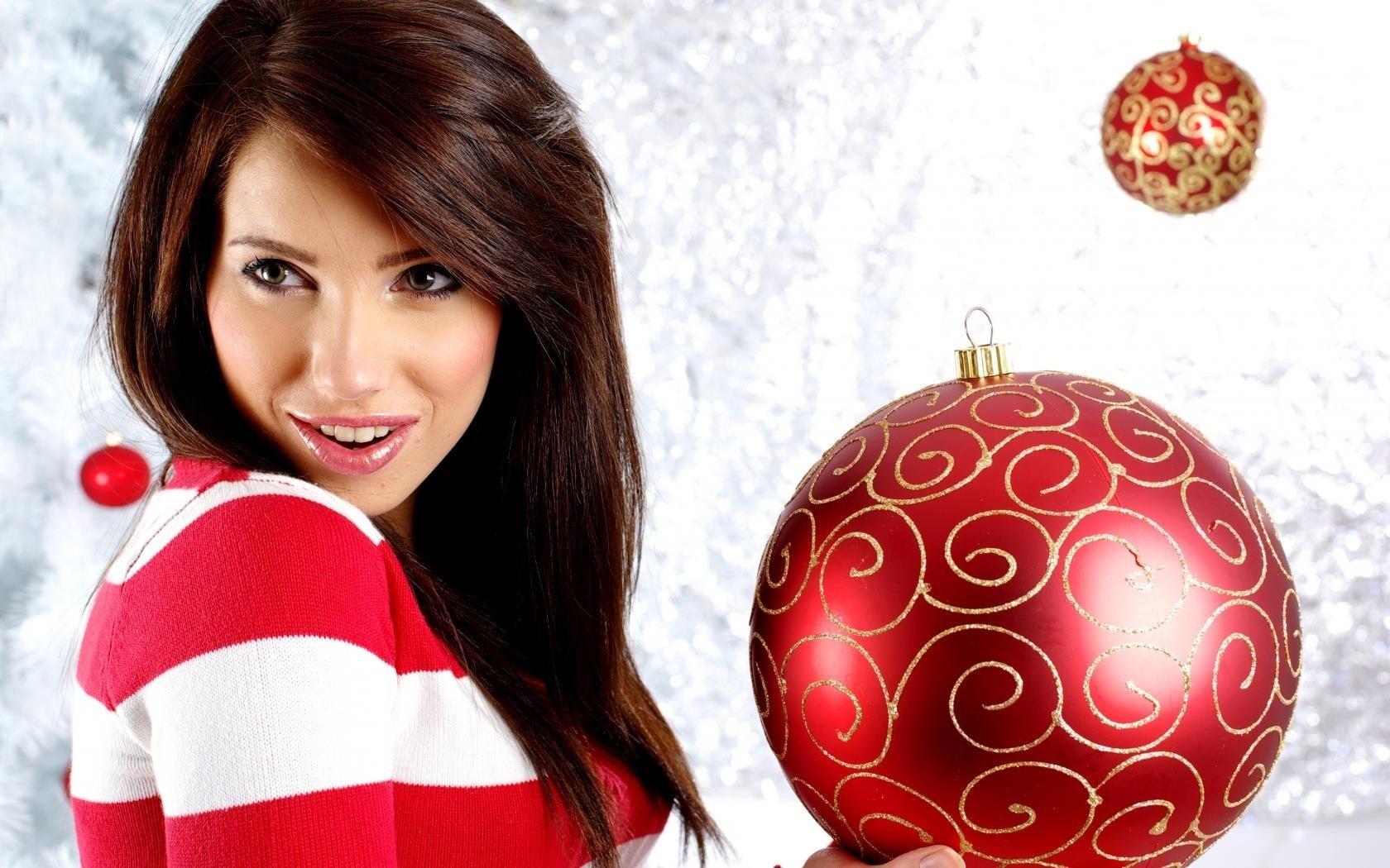 Bella modelo con adornos de navidad - 1680x1050