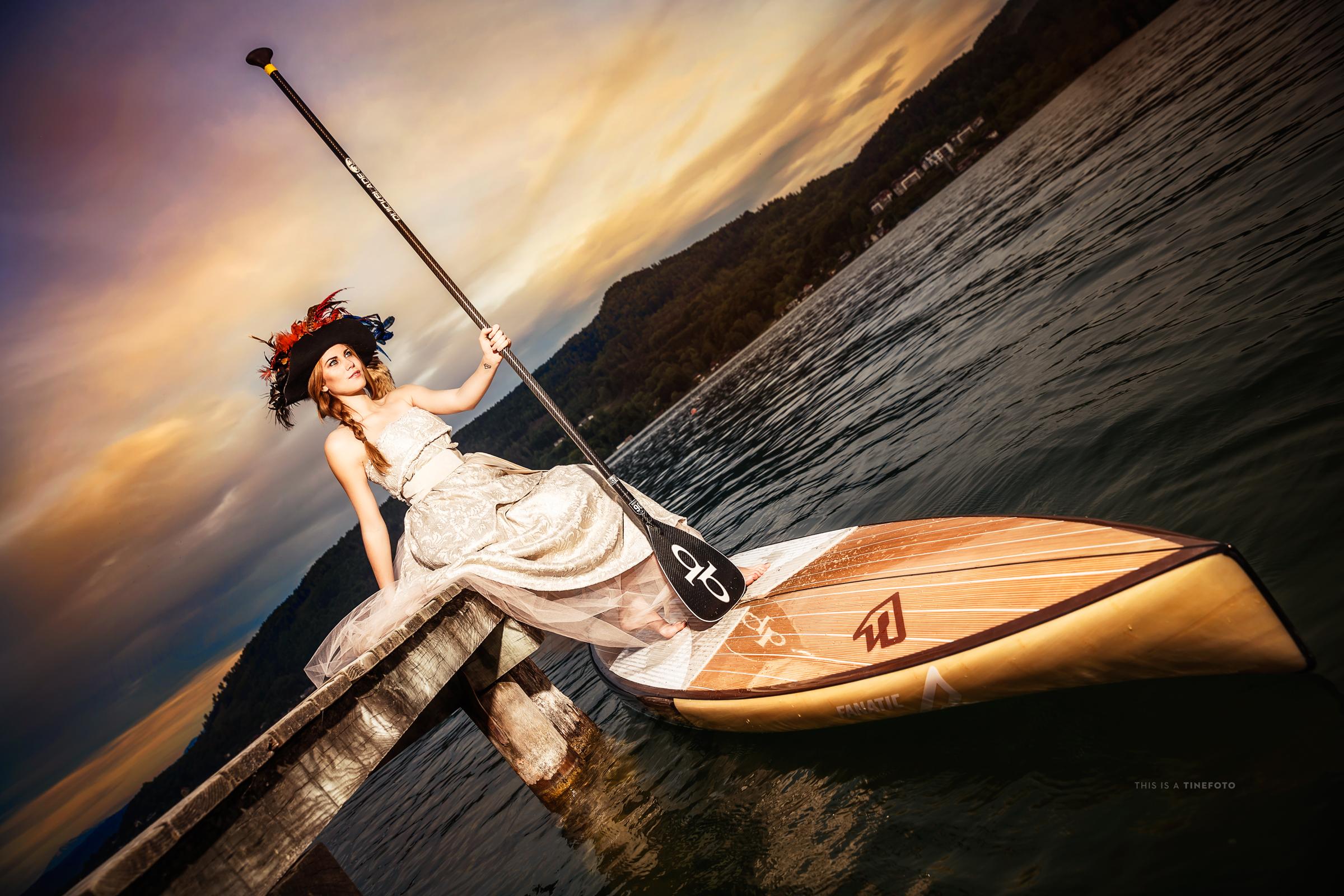 Bella mujer en una canoa - 2400x1600