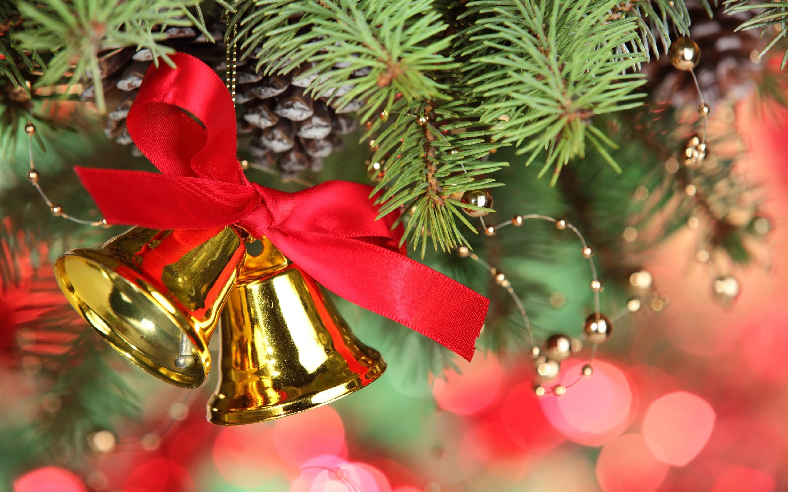 Campanas doradas en arbol de navidad - 2560x1600