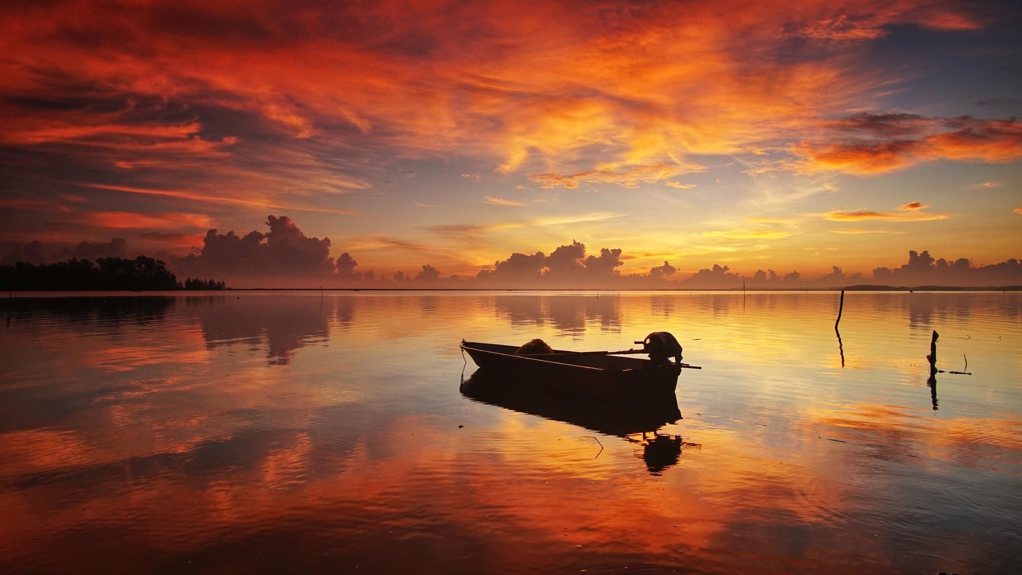 Canoa en un rio al atardecer - 2048x1153