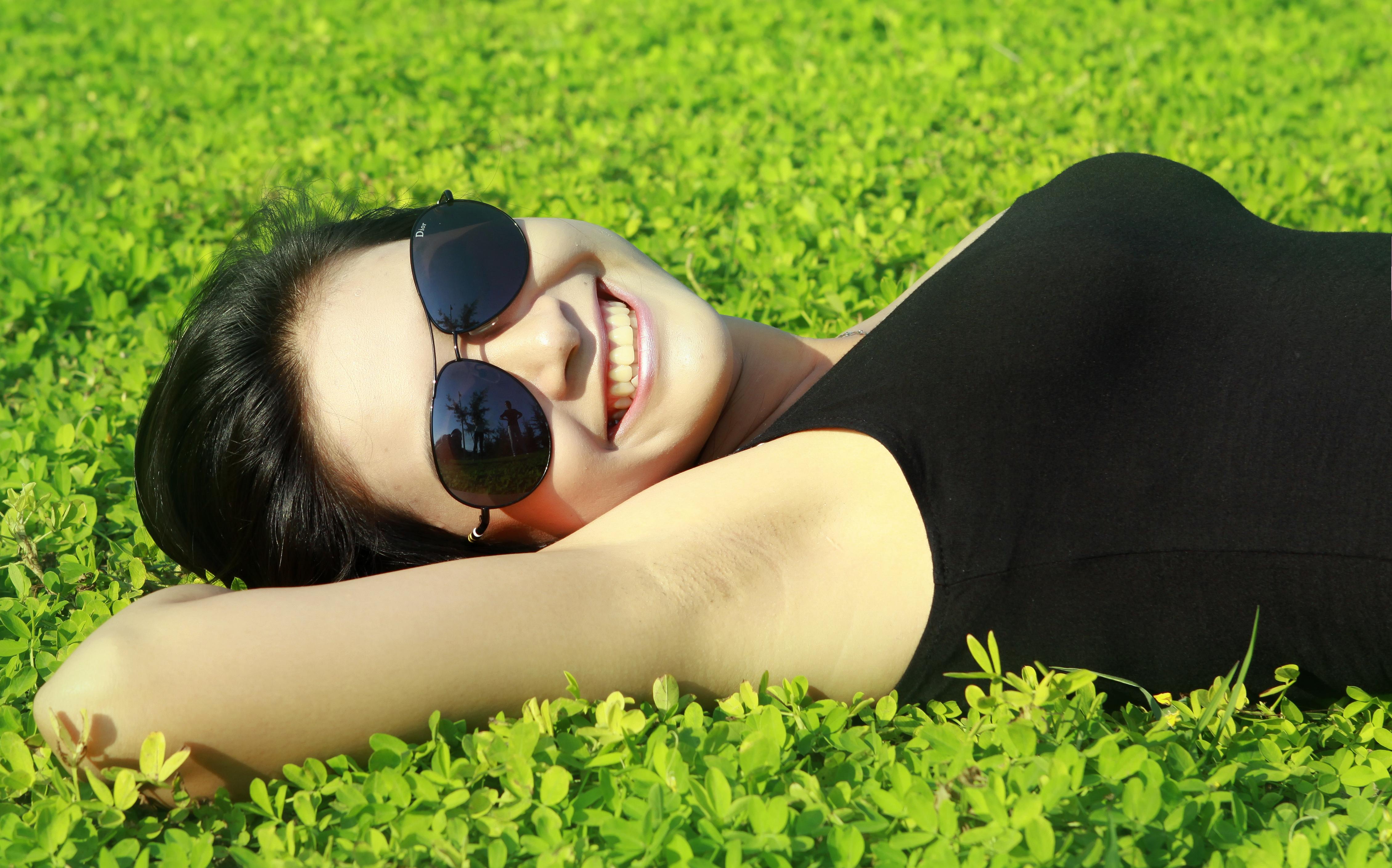 Chica acostada en el jardin - 4518x2820