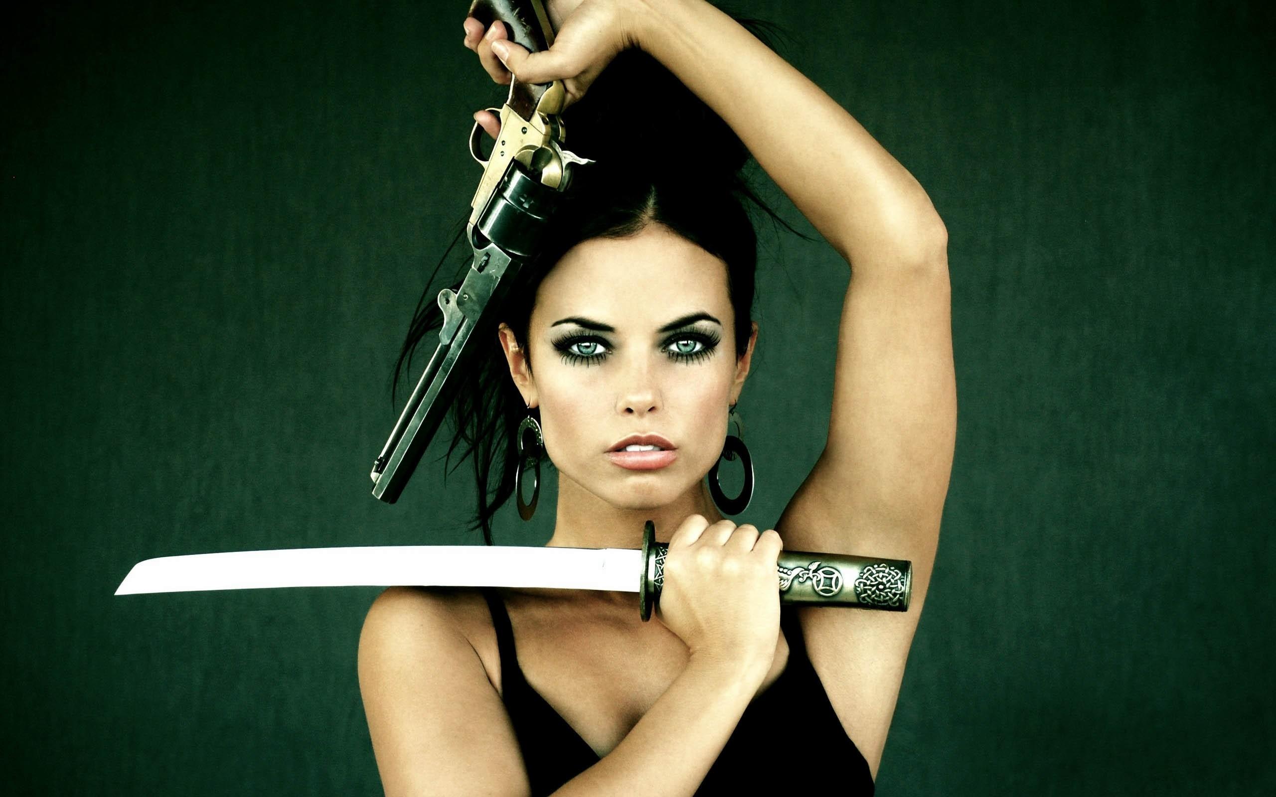 Chica con armas - 2560x1600