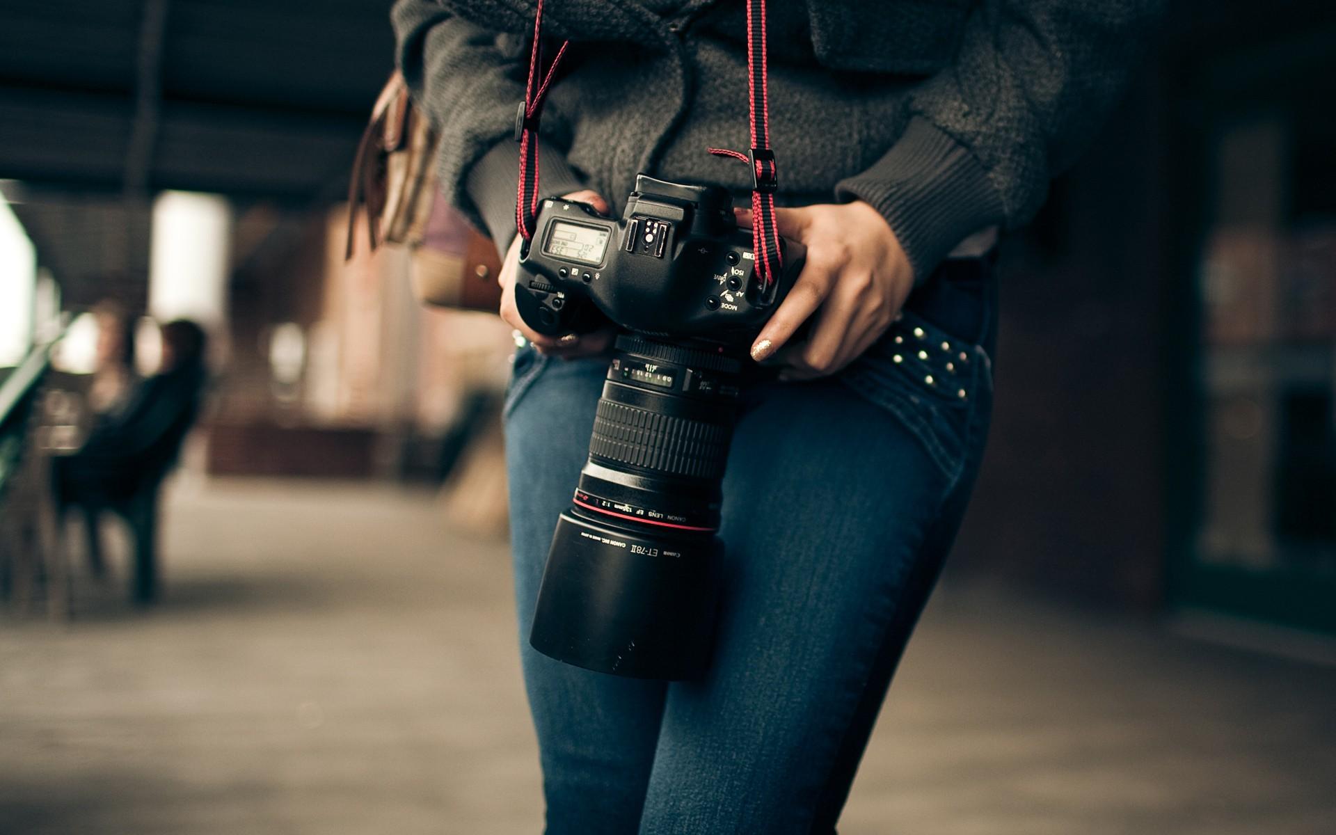 Chica con cámara canon - 1920x1200
