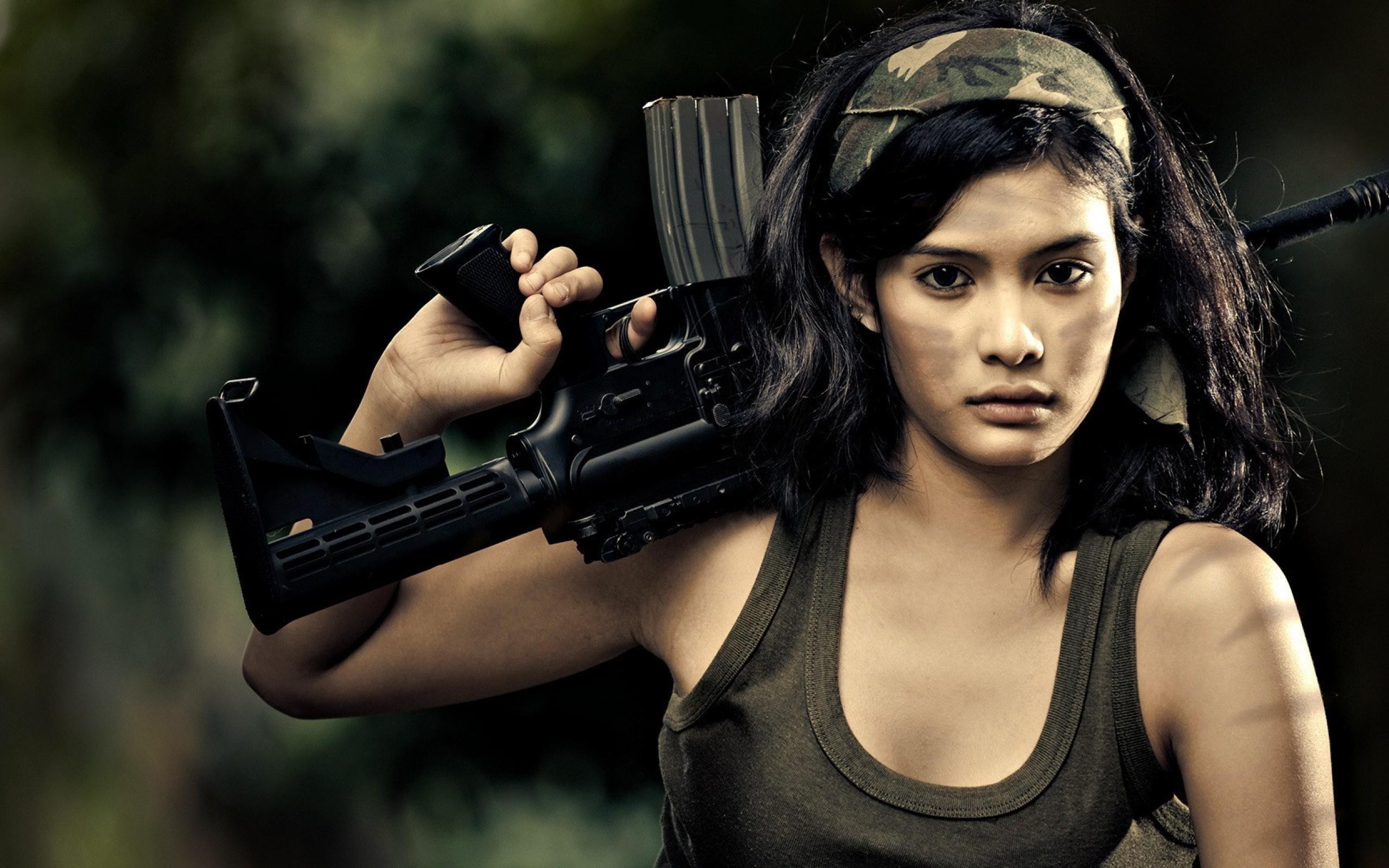 Chica con rifle de asalto - 2560x1600