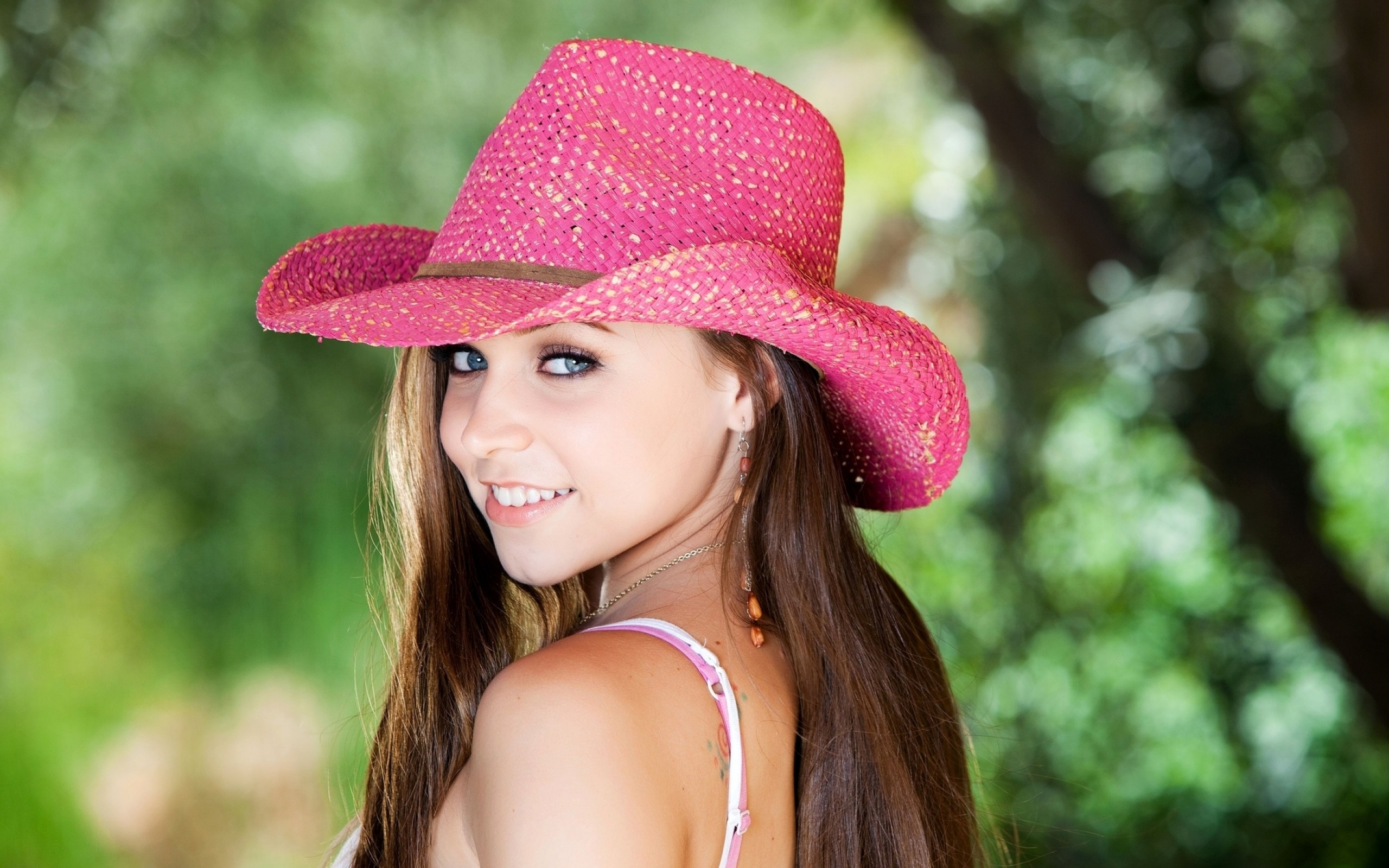 Chica con sombrero rosado - 2560x1600