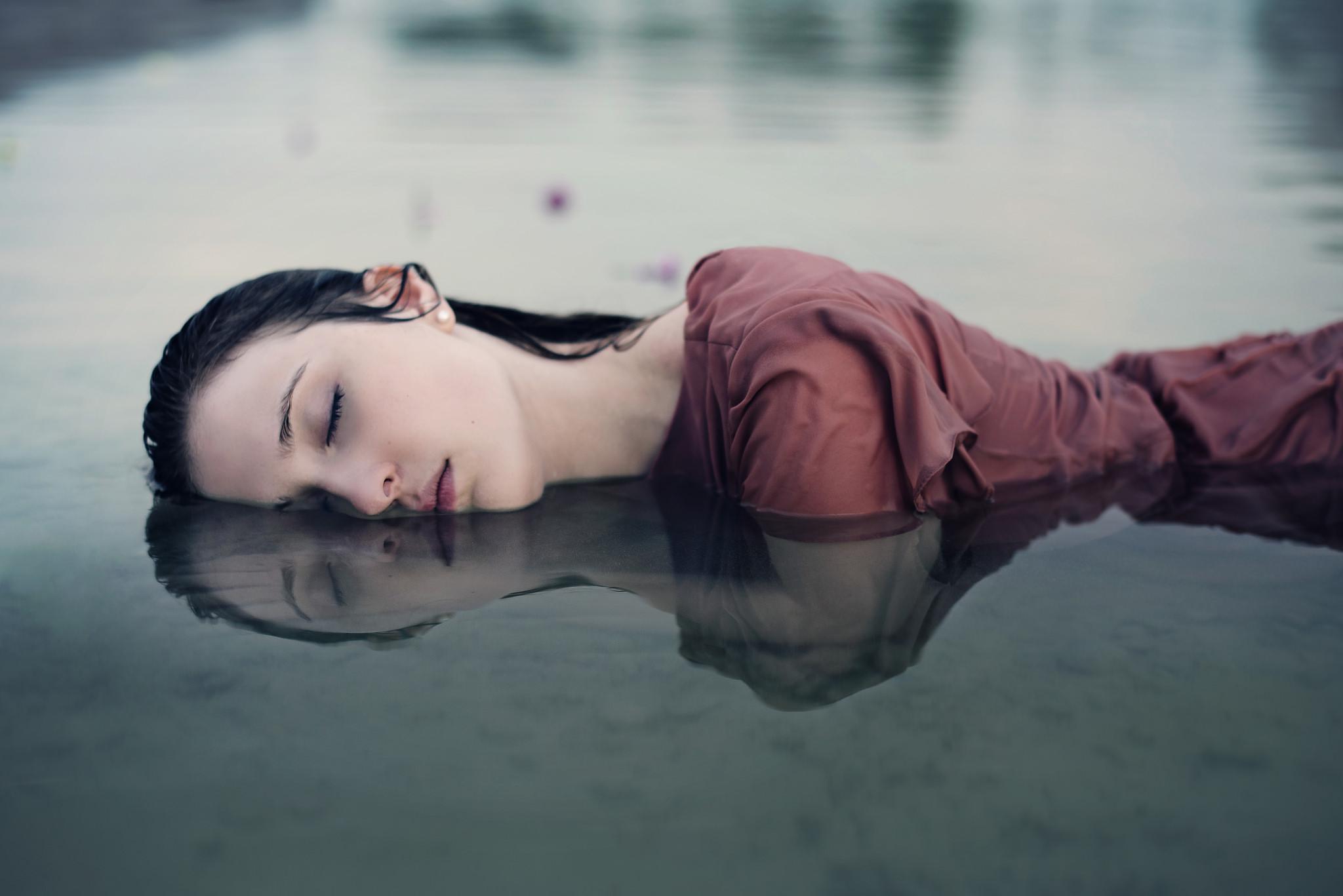 Chica descansando - 2048x1367
