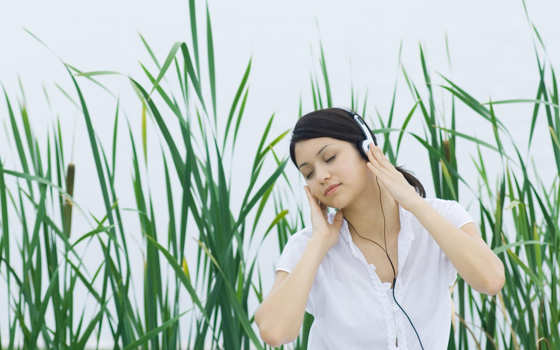 Chica escuchando música - 1920x1200