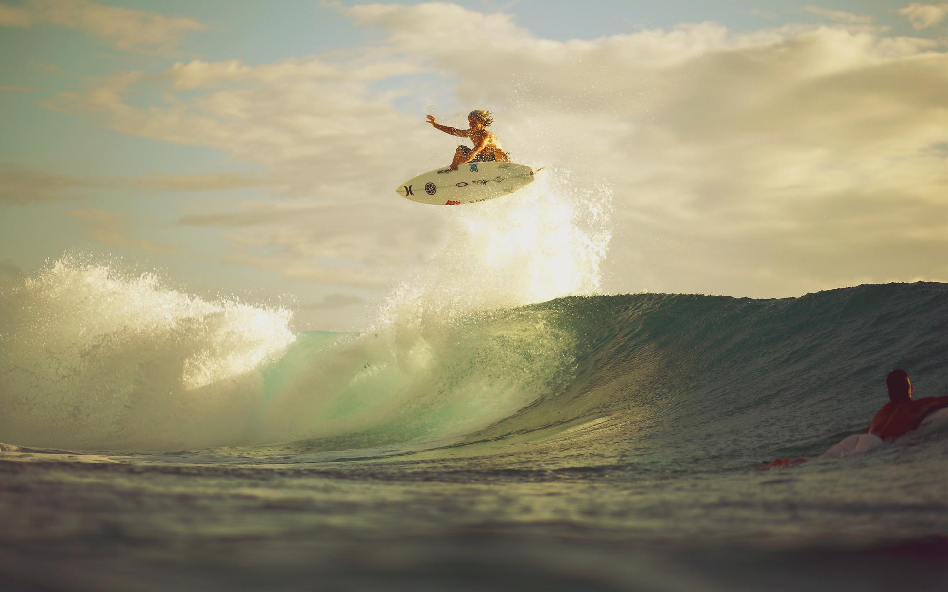 Chica saltando una ola - 1920x1200