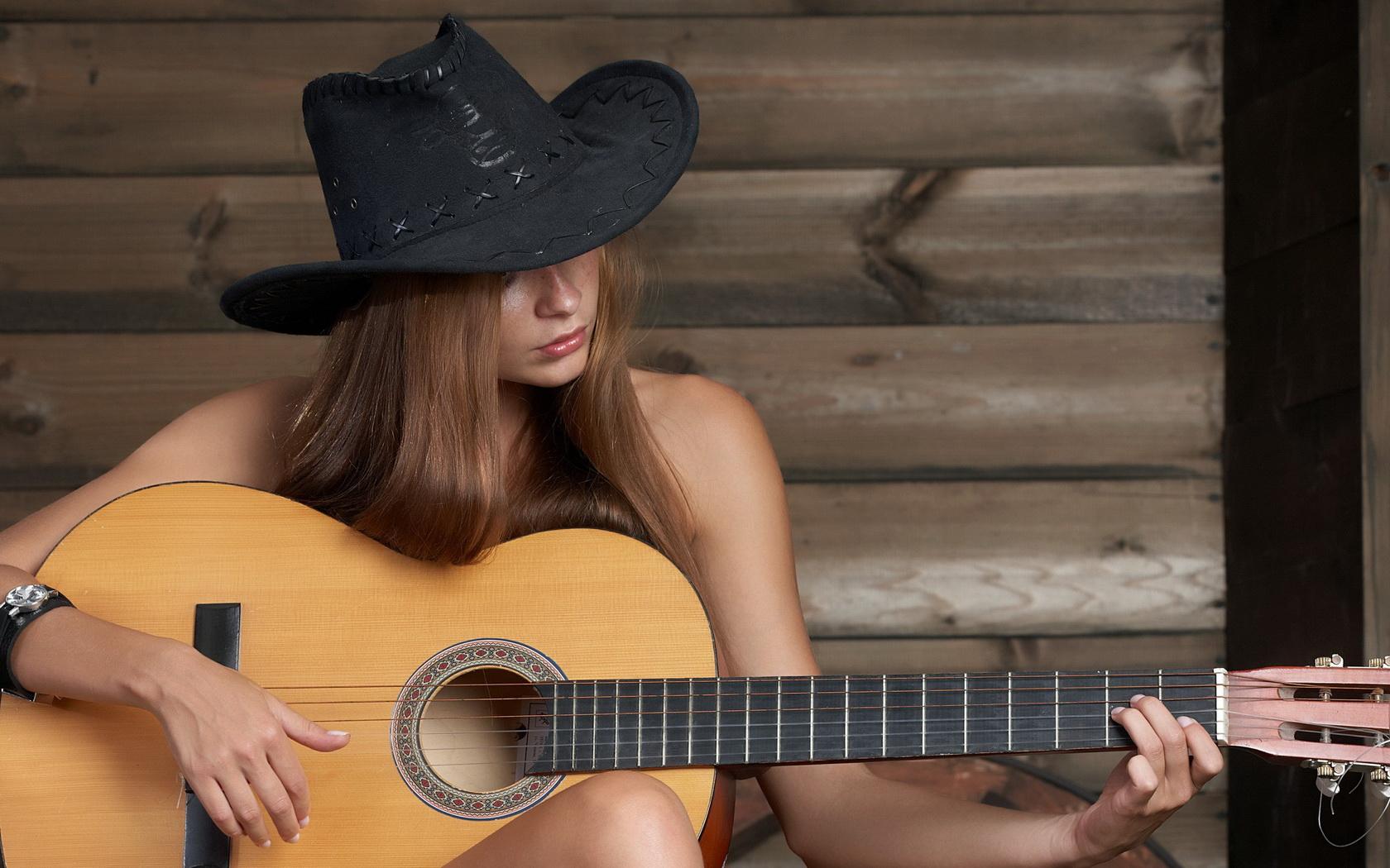 Chica tocando guitarra - 1680x1050