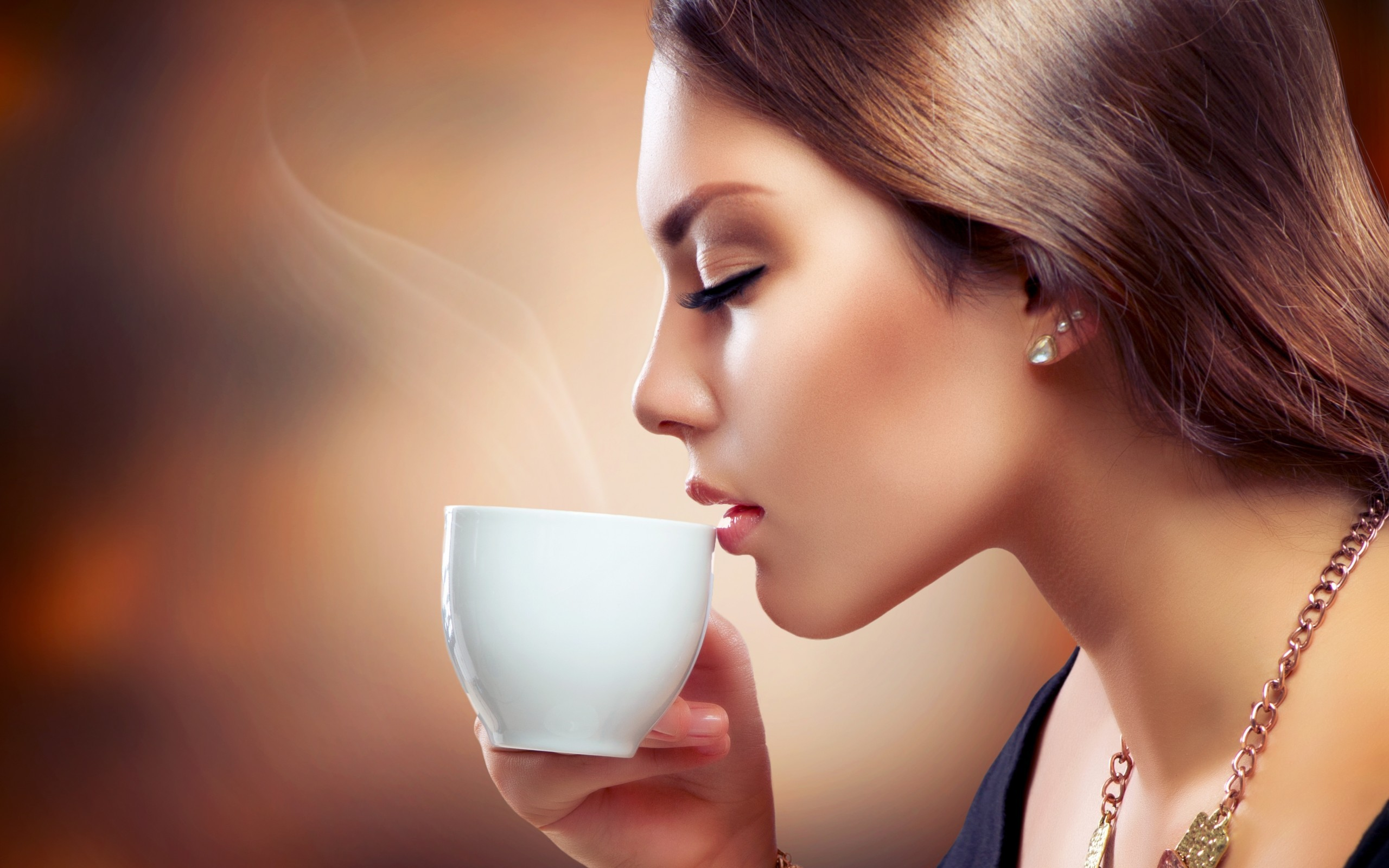 Chica tomando café - 2560x1600