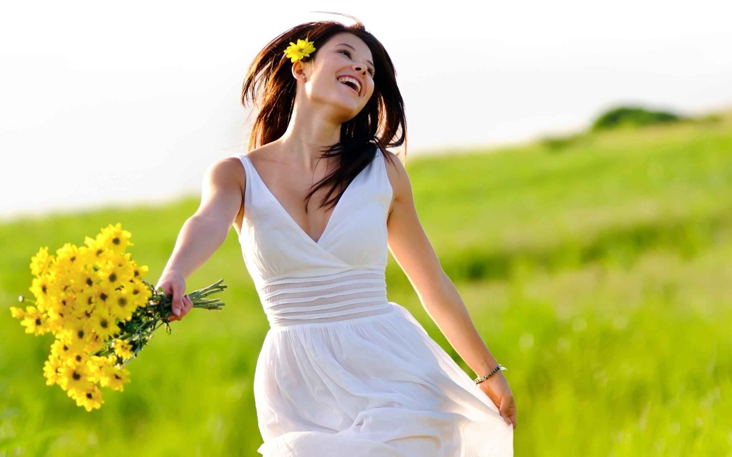 Chica y flores amarillas - 2465x1540