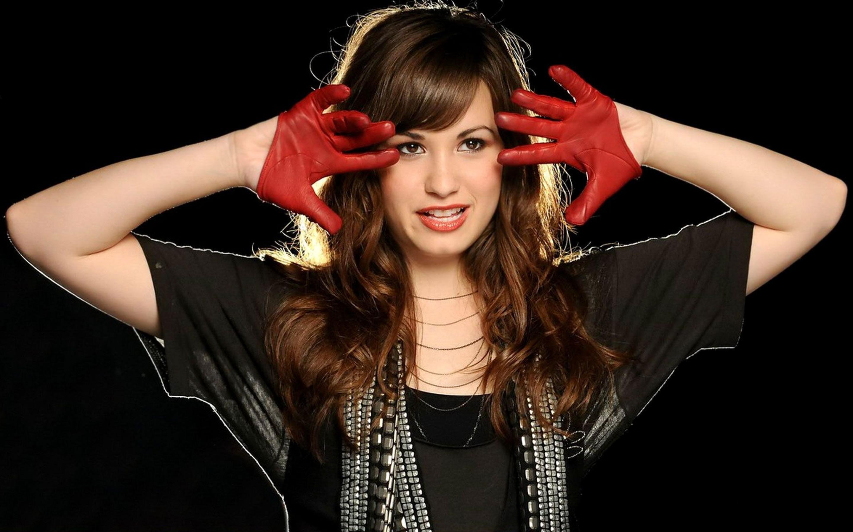 Demi Lovato con traje negro - 2880x1800
