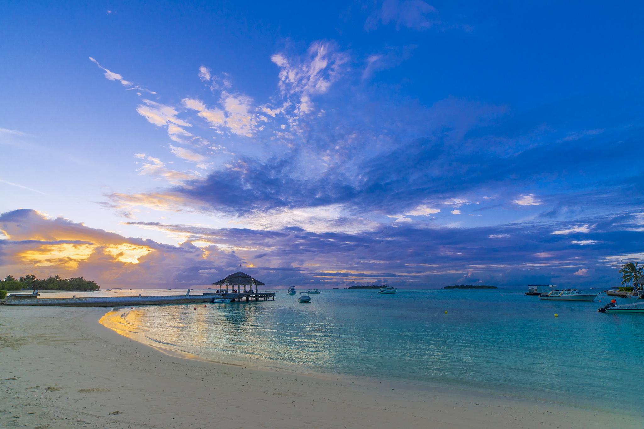 Hermosa playa al atardecer - 2048x1365