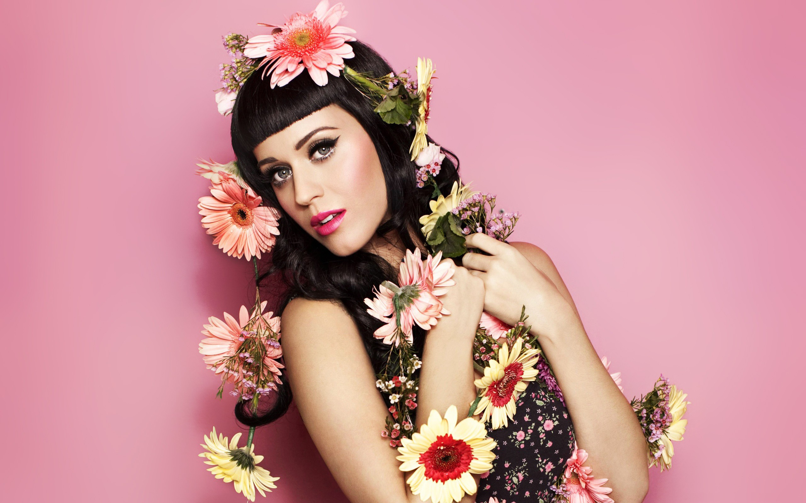 Katy Perry y bellas flores - 2560x1600
