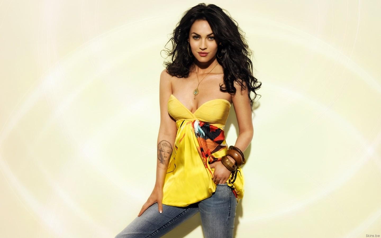 Megan Fox con vestido amarillo - 1440x900