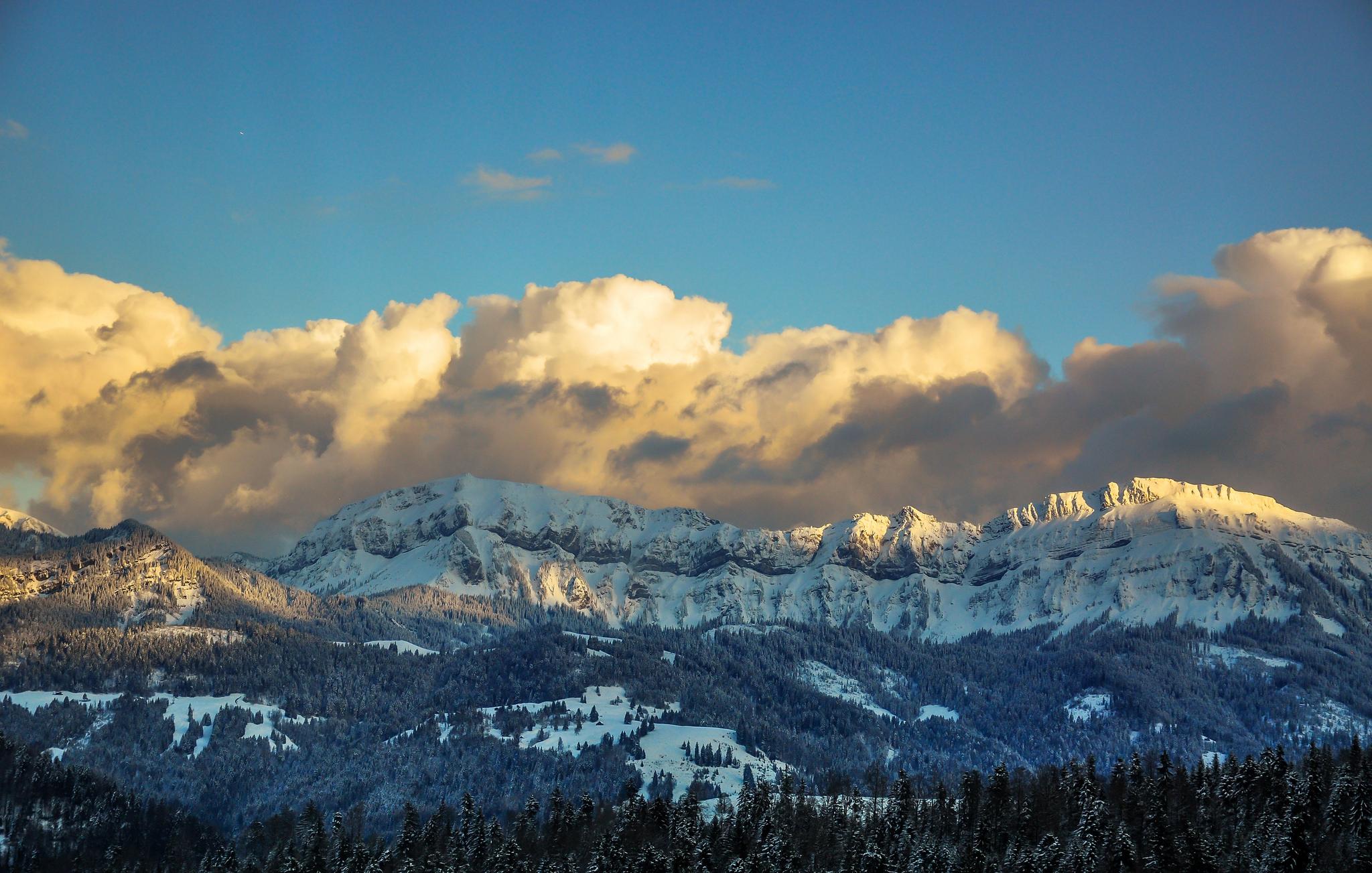 Montañas y nubes - 2048x1303