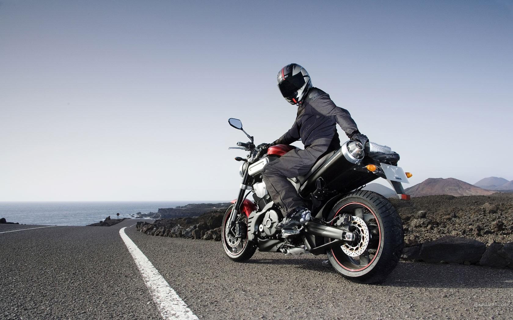Motos en la carreteras - 1680x1050