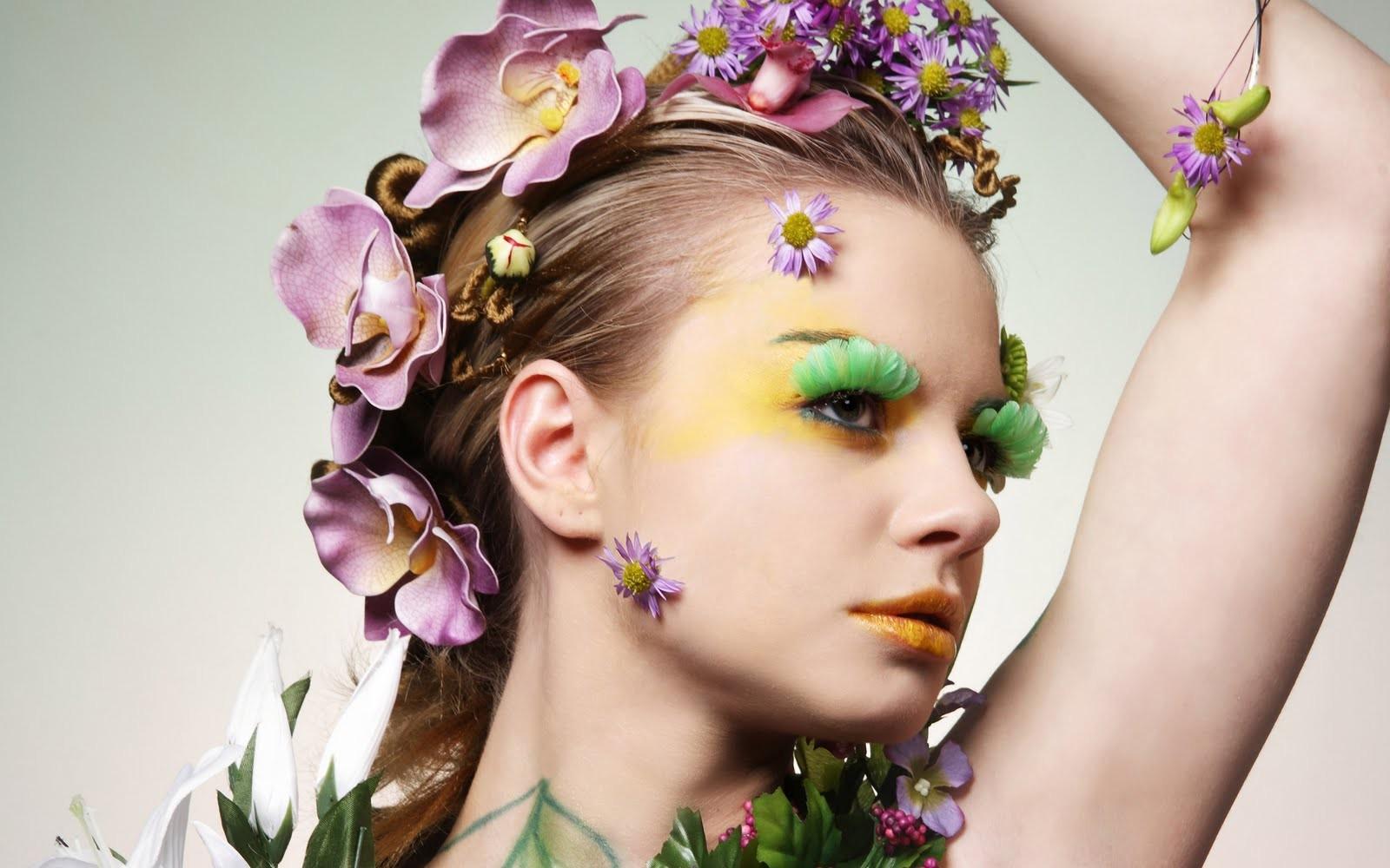 Mujer con adorno de flores - 1600x1000
