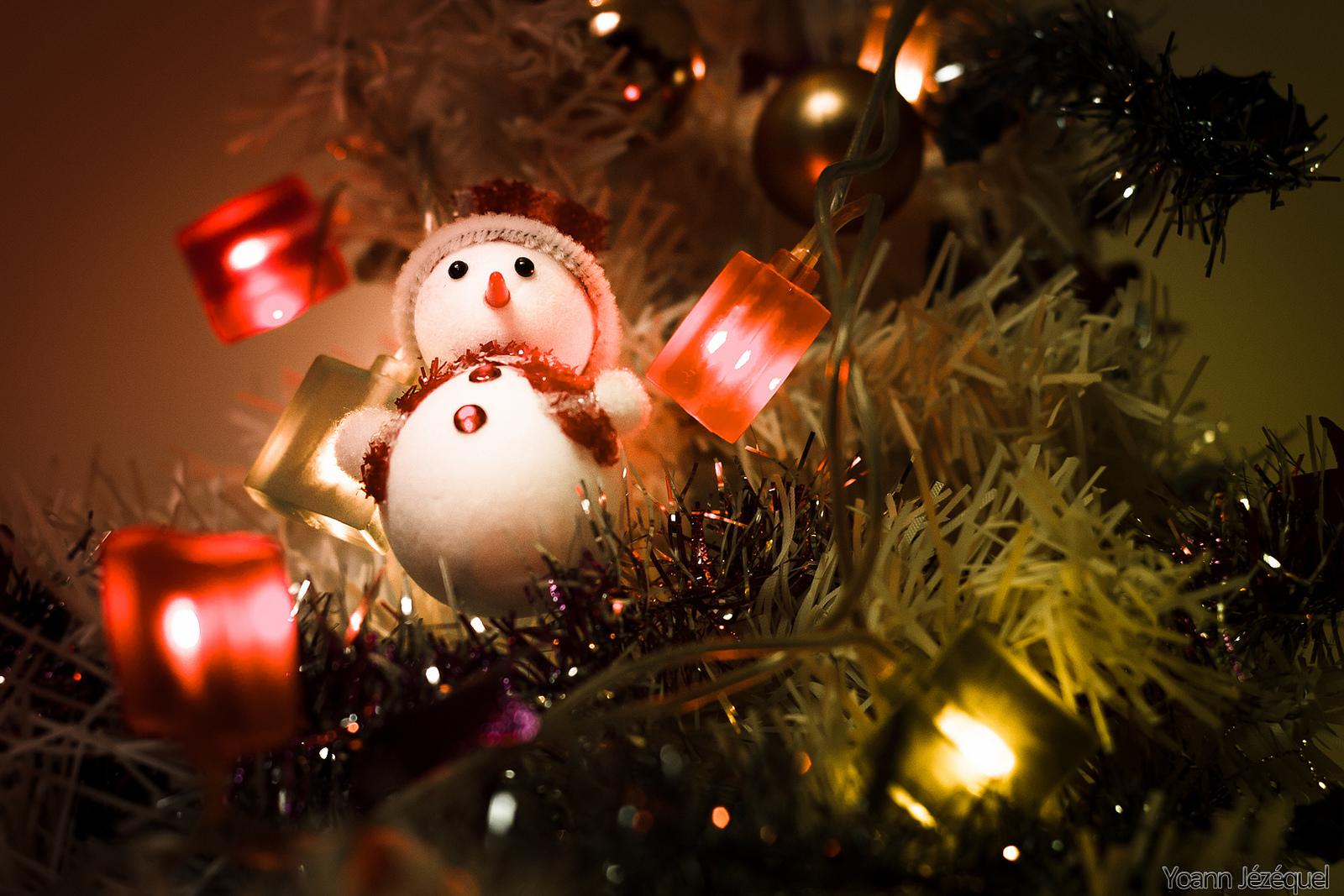 Muñeco de nieve en arbol de navidad - 1600x1067