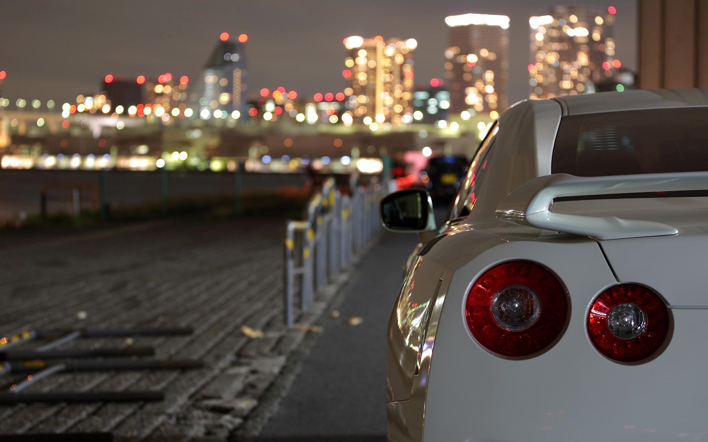 Nissan GT-R R35 - 2302x1439