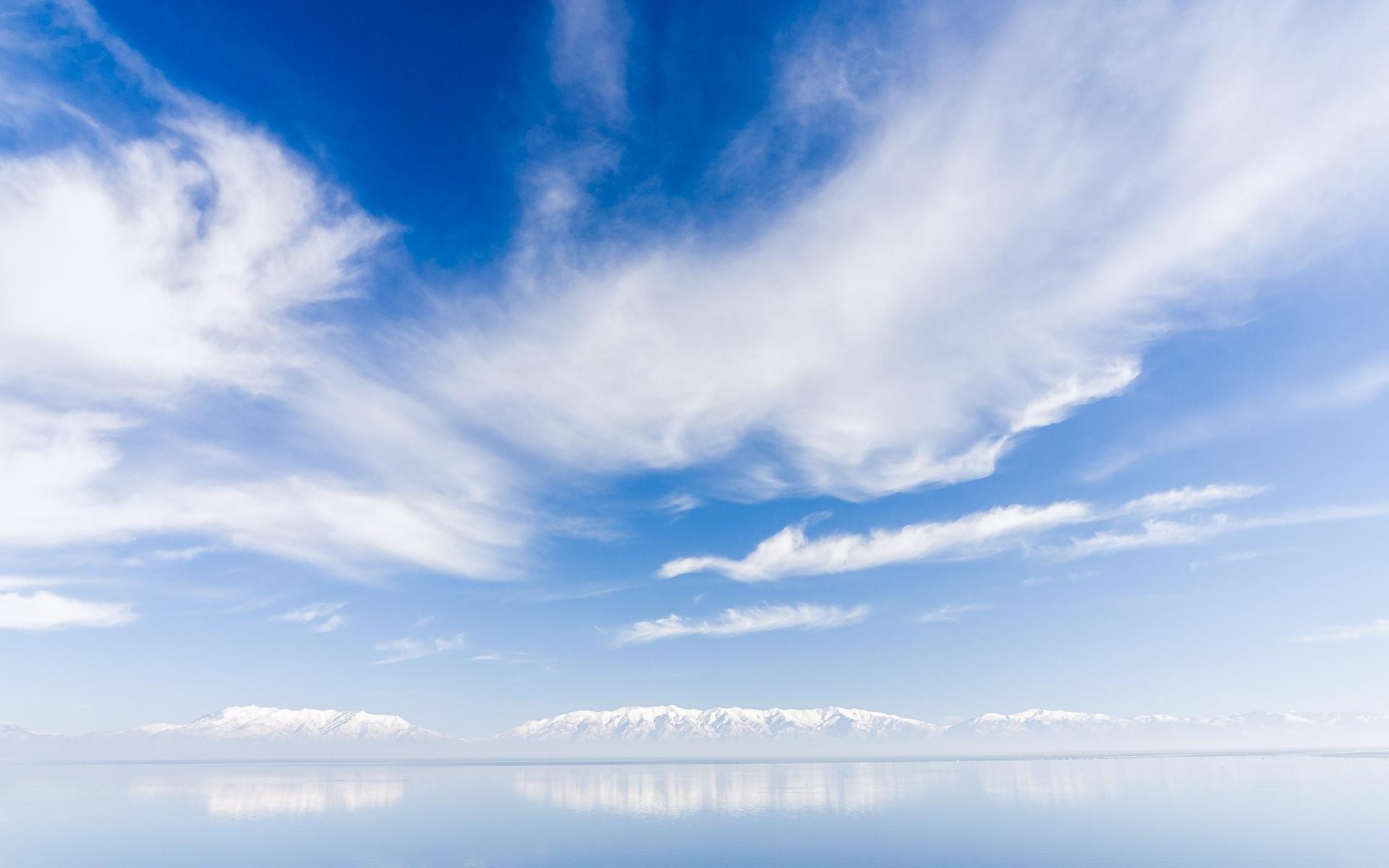 Nubes sobre un lago - 1920x1200
