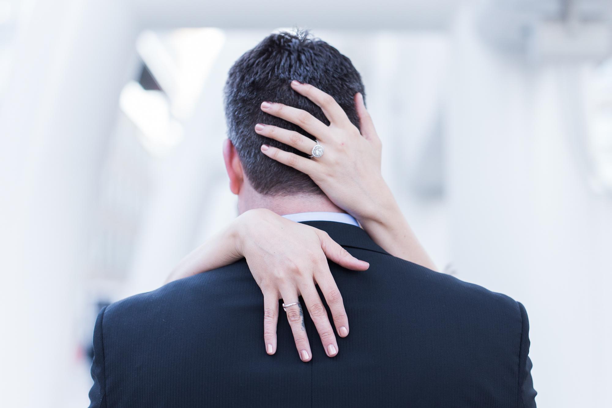 Pareja de novios abrazados - 2000x1333