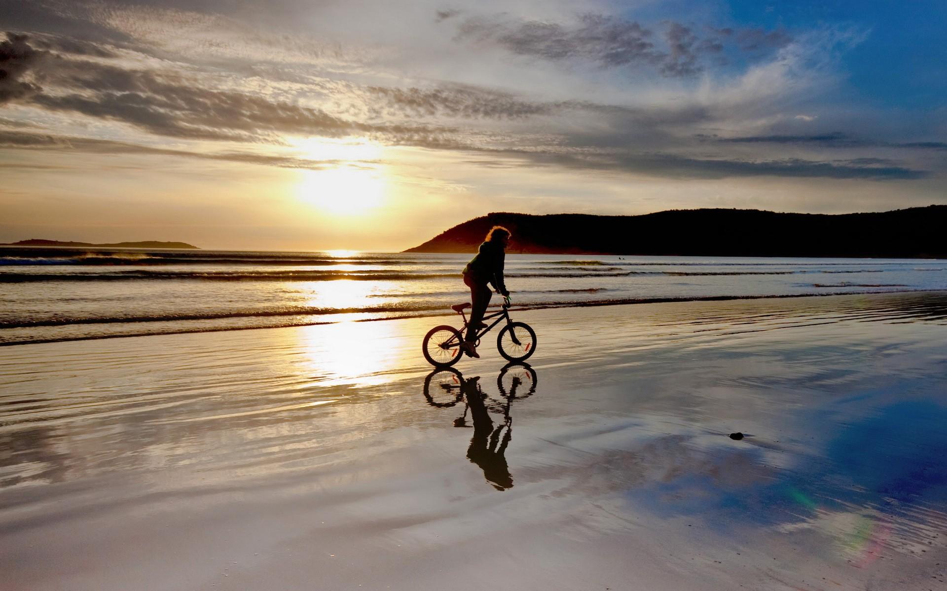 Paseando en BMX por la playa - 1920x1200