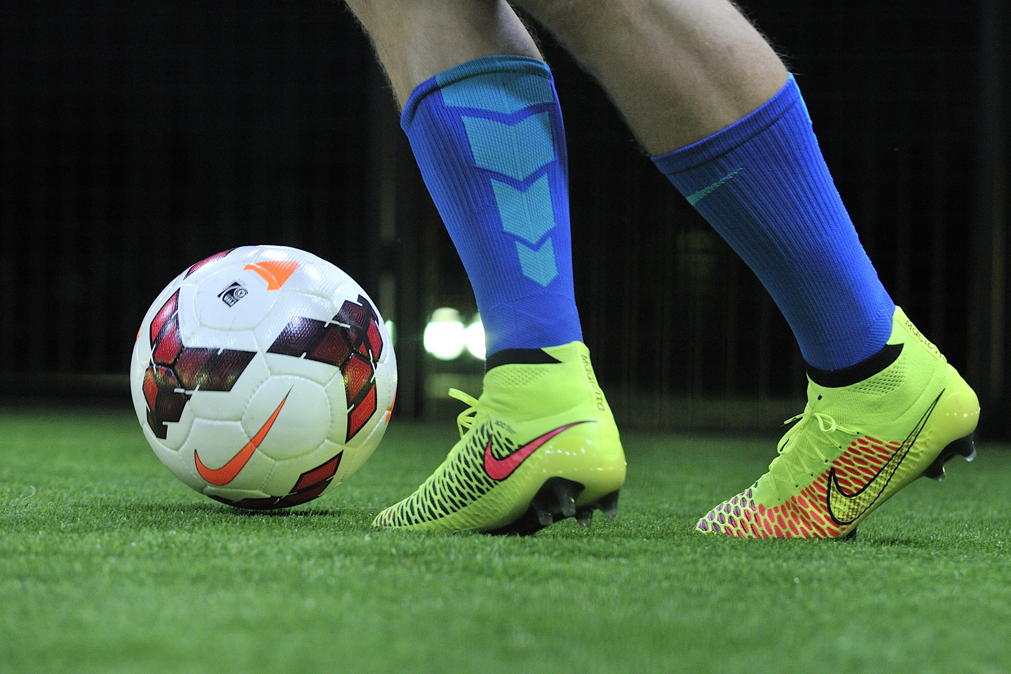 Pelotas y Chimpunes Nike - 2048x1365