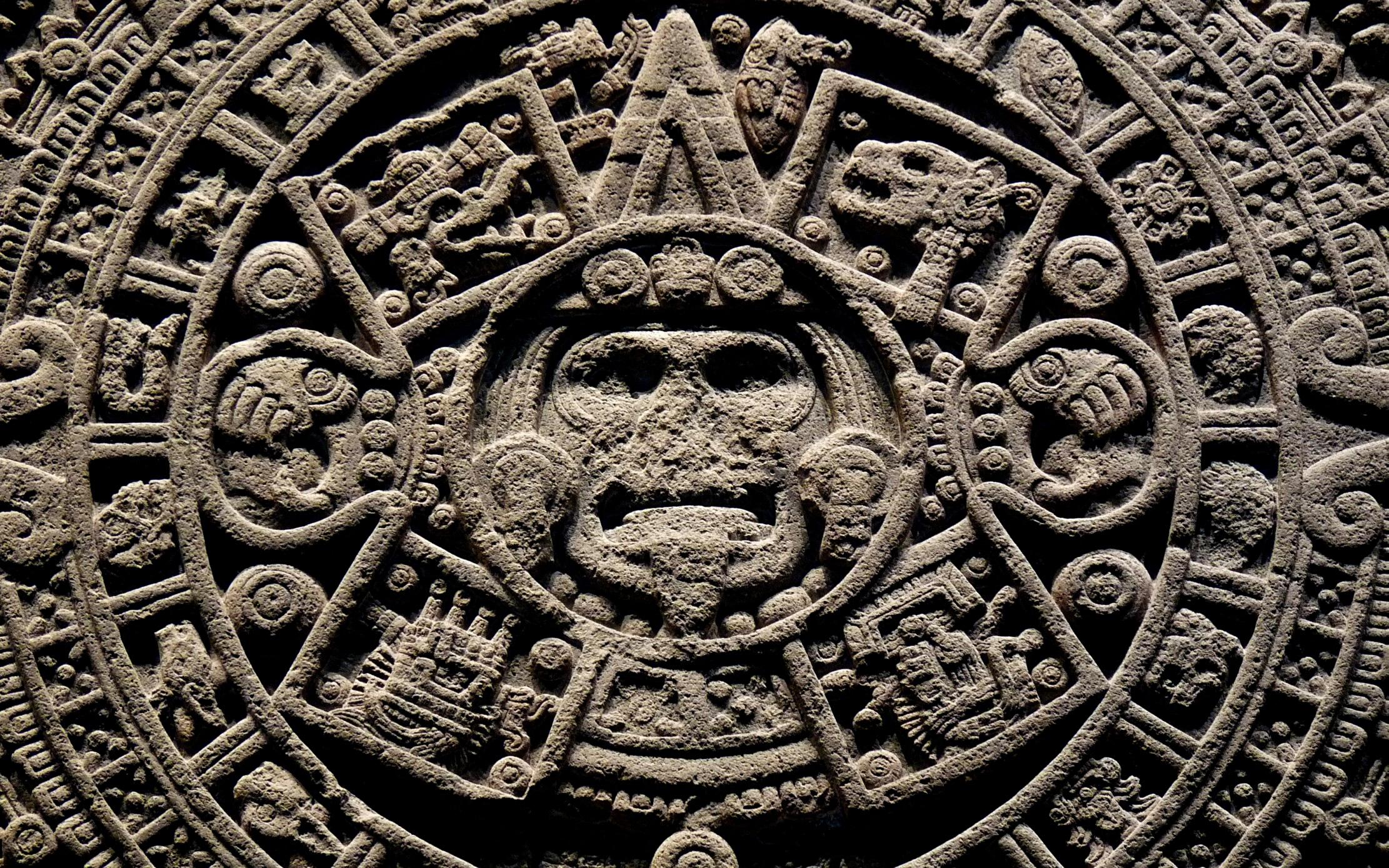 Piedra tallada con dioses - 2222x1389