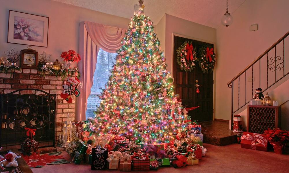 Arbol de navidad y decenas de regalos - 1000x600