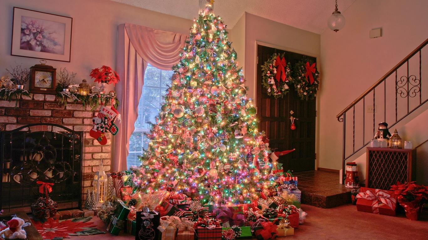 Arbol de navidad y decenas de regalos - 1366x768
