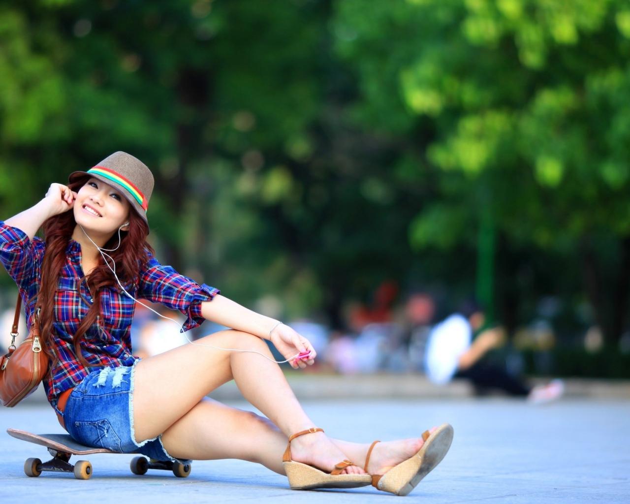 Asiática en Skate - 1280x1024