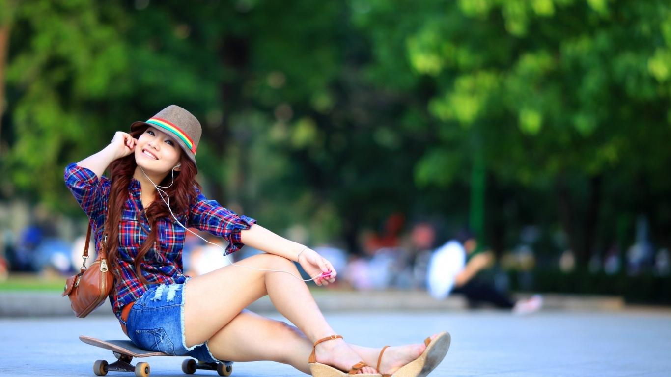 Asiática en Skate - 1366x768