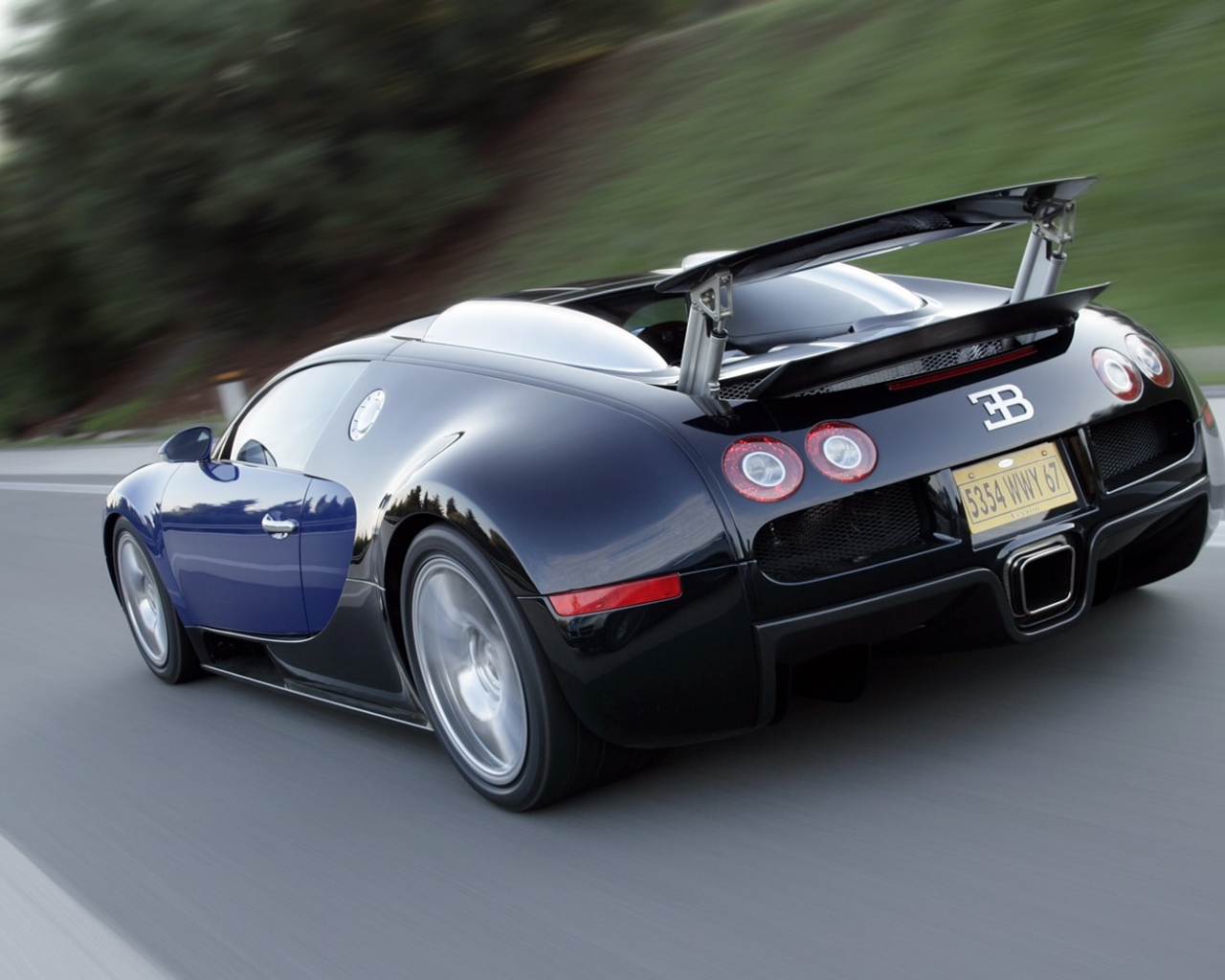 Bugatti Veyron en la carretera - 1280x1024