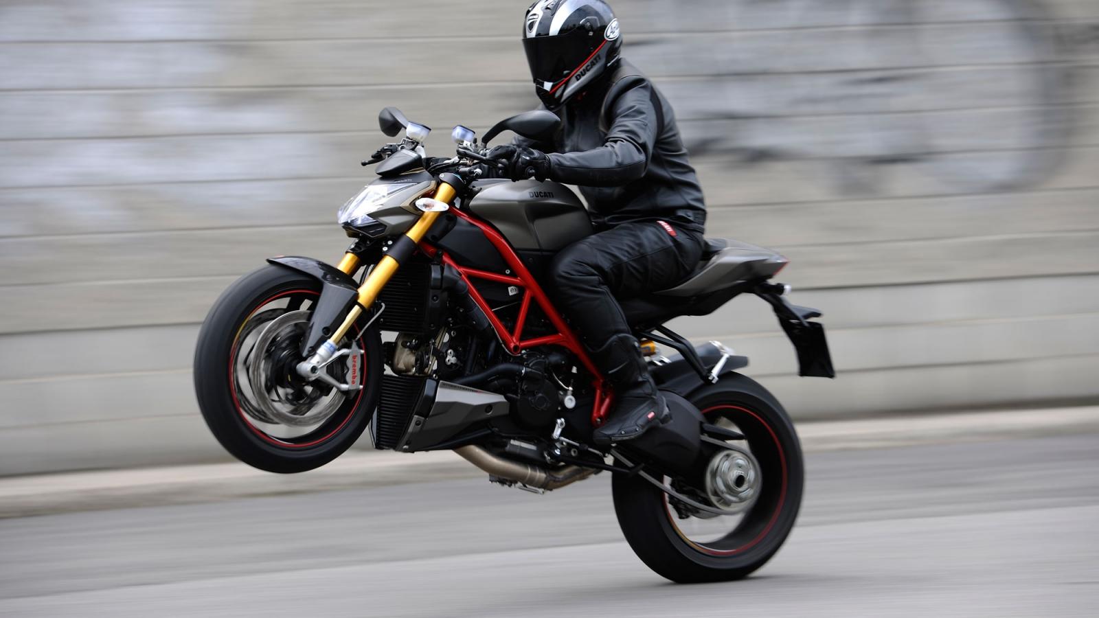 Caballito en Ducati - 1600x900