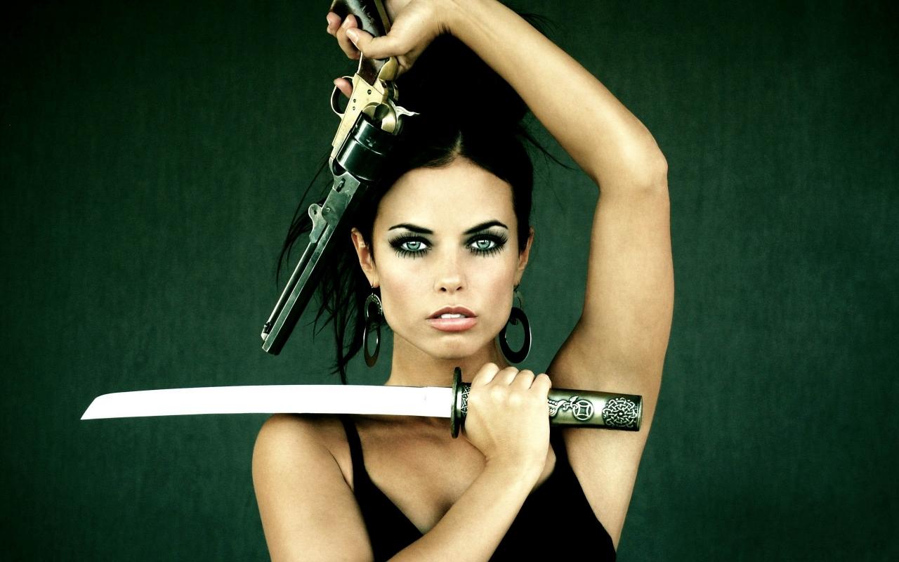 Chica con armas - 1280x800