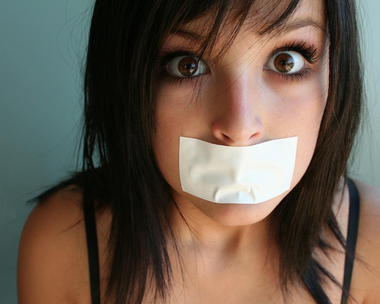 Chica con la boca tapada - 1280x1024